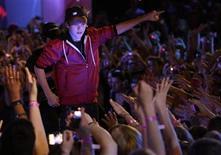 """<p>Foto de archivo del cantante adolescente Justin Bieber durante su presentación en los premios MuchMusic en Toronto, jun 20 2010. Bieber volcará su talento a la actuación como estrella invitada de la serie policial """"CSI"""", dijo el jueves la cadena de televisión CBS. REUTERS/Mike Cassese</p>"""