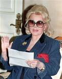 <p>Foto de archivo de la actriz Zsa Zsa Gabor durante la lectura de un comunicado de prensa en su casa de Los Angeles, dic 2 2002. Gabor se encuentra en condición crítica y no responde al contacto con otras personas, dijo el viernes su esposo. REUTERS/Fred Prouser</p>