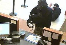 <p>Homem não-identificado vestido de Darth Vader rouba banco em Setauket, Nova York. 22/07/2010 REUTERS/Polícia do Município de Suffolk/Divulgação</p>