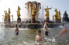 <p>Дети купаются в фонтане в районе ВВЦ в Москве, 16 июля 2010 года. На этой неделе погода в Москве мало изменится - в столице сохранится 35-градусная жара, а осадков не ожидается. REUTERS/Denis Sinyakov</p>