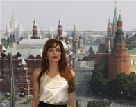 """<p>Angelina Jolie antes da estreia do filme """"Salt"""" na Rússia. A atriz acendeu a nostalgia da era soviética e o patriotismo russo na premiere em Moscou de seu thriller de espionagem. 25/07/2010 REUTERS/Sergei Karpukhin</p>"""