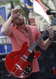 """<p>Caleb Followill, líder do Kings of Leon, se apresenta no programa """"Today"""" da rede de TV NBC. Nova York, 31 de julho de 2009. A banda foi forçada a abandonar o show em St. Louis no final de semana (25 de julho de 2010) depois de três músicas porque pombos ficavam fazendo cocô neles das vigas da cobertura. REUTERS/Brendan McDermid</p>"""