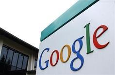 <p>Логотип Google рядом со штаб-квартирой компании в Маунтин-Вью, штат Калифорния, 18 августа 2004 года. Google Inc провел переговоры с рядом игровых компаний, поскольку хочет создать новый сервис, который смог бы конкурировать с социальной сетью Facebook, сообщила Wall Street Journal, цитируя источники, знакомые с ситуацией. REUTERS/Clay McLachlan</p>