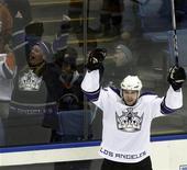 """<p>Игрок """"Лос-Анджелес Кингс"""" Александр Фролов радуется шайбе, забитой в ворота """"Нью-Йорк Айлендерс, в Юниондейле 31 января 2008 года. """"Нью-Йорк Рейнджерс"""" подписала контракт с бывшим форвардом """"Лос-Анджелес Кингс"""" Александром Фроловым, чтобы усилить нападение, сообщила команда Национальной хоккейной лиги (НХЛ) во вторник. REUTERS/Ray Stubblebine</p>"""