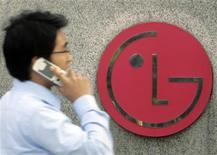 <p>Le sud-coréen LG Electronics, deuxième fabricant mondial de téléviseurs, a vu son bénéfice chuter de 90% au deuxième trimestre, un recul nettement plus marqué que prévu notamment imputable à la faiblesse de sa division téléphonie mobile. /Photo d'archives/REUTERS/Choi Bu-Seok</p>