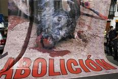 <p>Imagen de archivo de un cartel durante una manifestación en contra de las corridas de toro, en Sevilla. Abr 25 2009. El Parlamento de Cataluña hizo historia el miércoles al votar a favor de prohibir las corridas de toros, polémica seña de identidad de España que a partir de 2012 será ilegal en la comunidad autónoma en la que recientemente se han avivado los sentimientos separatistas. REUTERS/Marcelo del Pozo/ARCHIVO</p>