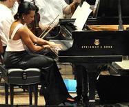 <p>Ex-secretária de Estado norte-americana Condoleezza Rice se apresenta com a Orquestra de Filadélfia. Rice sentou ao piano para executar uma peça de Mozart num concerto beneficente para jovens carentes. 27/07/2010 REUTERS/John Randolph</p>