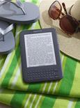 <p>Amazon.com a lancé deux nouvelles versions de sa liseuse Kindle, un modèle moins onéreux à 139 dollars équipé d'une connexion Wi-Fi et un modèle de troisième génération, plus petit et plus léger que le précédent à 189 dollars. /Photo diffusée le 28 juillet 2010/REUTERS/Amazon.com/HO</p>