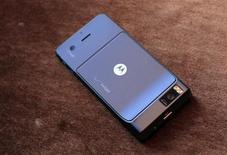 <p>Le smartphone Droid X de Motorola. Le groupe américain a réalisé un bénéfice et un chiffre d'affaires trimestriels supérieurs aux attentes de Wall Street au deuxième trimestre. /Photo prise le 23 juin 2010/REUTERS/Eric Thayer</p>