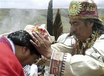 <p>Жрец из индейской народности аймара Валентин Мехиллонес (справа) благословляет новоизбранного президента Боливии Эво Моралеса (слева) во время церемонии в Тиаванаку 21 января 2006 года. Жрец из индейской народности аймара, благословивший президента Боливии Эво Моралеса во время церемонии инаугурации четыре года назад был арестован за хранение 240 килограммов кокаина, сообщила полиция в четверг. REUTERS/Stringer/Files</p>