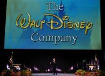 <p>Imagen de archivo del presidente ejecutivo de Disney, Robert Iger, hablando durante una reunión anual de la compañía frente a una gran pantalla que proyecta el logo de Walt Disney Co., en Anaheim. Mar 10 2006. REUTERS/Chris Pizzello</p>