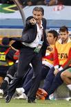<p>O técnico da seleção portuguesa, Carlos Queiroz, é acusado de ter ofendido médicos responsáveis pelo antidoping durante uma visita surpresa no local de treinamento da seleção para o Mundial da África do Sul, em maio. 29/06/2010 REUTERS/Jose Manuel Ribeiro</p>