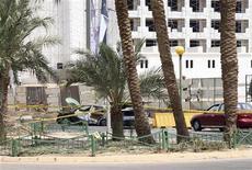 <p>Сгоревший автомобиль на месте попадания ракеты в городе Акаба 2 августа 2010 года. Ракеты, которые могли быть выпущены с египетской части Синайского полуострова, где в прошлом функционировали группы боевиков-исламистов, поразили территорию Израиля и иорданского курорта Акаба, один человек погиб и трое получили ранения, сообщили сотрудники полиции Иордании и Израиля. REUTERS/Abraham Farajian</p>