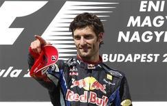 <p>Mark Webber da Red Bull comemora vitória no GP da Hungria. A Fórmula 1 entrou em férias nesta segunda-feira com os líderes Red Bull e Mark Webber em clima para relaxar. 01/08/2010 REUTERS/Laszlo Balogh</p>