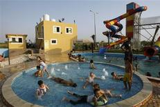 <p>Palestinian children play in a pool at Crazy Water Park in Gaza City August 2, 2010. REUTERS/Ibraheem Abu Mustafa</p>