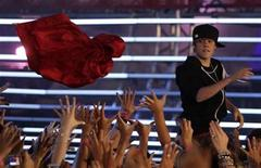 <p>Singer Justin Bieber throws his coat into the crowd as he performs at the 2010 MuchMusic Video Awards in Toronto June 20, 2010. REUTERS/Mike Cassese</p>