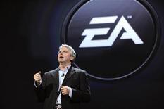 """<p>Foto de archivo del director ejecutivo de Electronic Arts, John Riccitiello, durante una presentación de los nuevos productos de la compañía en Los Angeles, jun 14 2010. Electronic Arts Inc reportó el martes resultados trimestrales mejores a lo esperado, por las ventas de su videojuego de fútbol """"FIFA"""", y reiteró su pronóstico para el año fiscal 2011, lo que impulsaba sus acciones un 5 por ciento luego del cierre del mercado. REUTERS/Gus Ruelas</p>"""