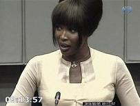 <p>Una imagen de video muestra a la modelo británica Naomi Campbell testificando en el juicio de crímenes de guerra del ex presidente liberiano Charles Taylor, en un Tribunal Especial para Sierra Leona de Naciones Unidas, en La Haya. Ago 5 2010. REUTERS/Special Court for Sierra Leone</p>