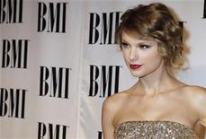 <p>Imagen de archivo de la cantante Taylor Swift, llegando a la ceremonia de los Premios BMI, en Beverly Hills. Mayo 18 2010. El sello discográfico de la estrella de la música country-pop Taylor Swift se vió obligado a editar el primer sencillo de su próximo álbum el miércoles, 12 días antes que lo fijado originalmente y horas después de que una versión pirata de la canción apareció online. REUTERS/Fred Prouser /ARCHIVO</p>