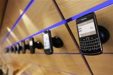 <p>Foto de archivo de un teléfono móvil Blackberry, de Research in Motion (RIM), en un estante en Toronto, jul 13 2010. Reseach in Motion, fabricante de la BlackBerry, se reunía el jueves con funcionarios de Arabia Saudita, un día antes de que entre en vigor una prohibición de la función de mensajería instantánea del teléfono en la economía mayor economía de Oriente Medio. REUTERS/Mark Blinch</p>