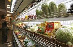<p>Покупательница выбирает продукты в супермаркете Москвы 22 июня 2007 года. Засуха и пожары привели к взлету оптовых цен на продовольствие в России: такие биржевые товары как мука, крупы сахар и соль подорожали за три месяца на десятки процентов, свидетельствует отчет о закупках одной из крупнейших розничных сетей страны, который оказался в распоряжении Рейтер. REUTERS/Sergei Karpukhin</p>