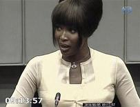 <p>Modelo britânica Naomi Campbell presta depoimento no tribunal para crimes de guerra para o ex-presidente liberiano Charles Taylor. O homem que recebeu diamantes brutos da supermodelo após um jantar em 1997 disse nesta sexta-feira que os entregou à polícia. 05/08/2010 REUTERS/Tribunal</p>