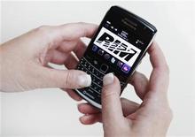 <p>Imagen de archivo de un Blackberry Bold 2. Jul 13 2010. Kuwait no tiene intenciones de suspender los servicios de BlackBerry por el momento, pero está conversando con el fabricante sobre preocupaciones morales y de seguridad, dijo el domingo en ministro de Comunicaciones. REUTERS/Mark Blinch/Archivo</p>