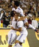 <p>Marcelo e Pepe comemoram gol com Higuaín. O Real Madrid conseguiu se recuperar e virar o jogo que perdia por dois gols contra o Los Angeles Galaxy para terminar com vitória por 3 x 2 em amistoso na pré-temporada no Rose Bowl no sábado.07/08/2010.REUTERS/Lucy Nicholson</p>