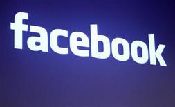 <p>Логотип Facebook в штаб-квартире компании в Пало Альто, штат Калифорния 26 мая 2010 года. Сотрудники, посещающие Facebook, Twitter и другие социальные сети в интернете, обходятся британским компаниях в миллиарды, свидетельствует недавнее исследование. REUTERS/Robert Galbraith</p>
