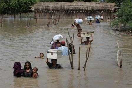 Flood victims evacuate their villages in Sukkur, located in Pakistan's Sindh province August 8, 2010. REUTERS/Akhtar Soomro