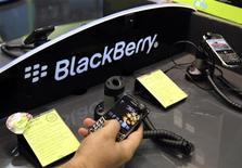 <p>Oman a fait savoir qu'il n'avait pas l'intention d'interdire le BlackBerry dont certains services sont menacés de blocage par plusieurs pays qui invoquent des questions de sécurité nationale. /Photo prise le 1er août 2010/REUTERS/Mosab Omar</p>