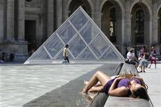 <p>Tourists cool off in the fountains near the Pyramid entrance of the Louvre Museum on a hot summer day in Paris July 8, 2010. REUTERS/Gonzalo Fuentes</p>