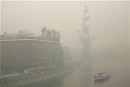 A boat travels along the Moskva River shrouded by heavy smog, caused by peat fires in nearby forests, in Moscow August 9, 2010. REUTERS/Alex Aminev