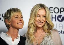 """<p>A comediante Ellen Degeneres (esq) e a atriz Portia de Rossi nos People Choice Awards em Los Angeles, em 2009. De Rossi entrou com um pedido legal para mudar seu nome para """"Portia Lee James DeGeneres"""". 07/01/2009 REUTERS/Phil McCarten/Arquivo</p>"""