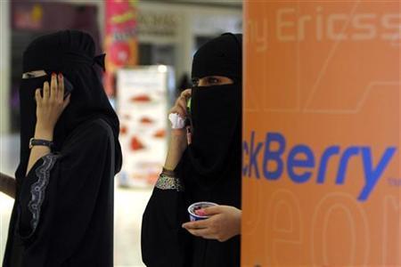 Veiled Saudi women talk on their BlackBerry phones at a shopping mall in Riyadh August 5, 2010. REUTERS/Fahad Shadeed