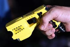 <p>A municipal policeman in Nice poses with the Taser X26 model during a presentation in Nice, south eastern France May 27, 2010. REUTERS/Sebastien Nogier</p>