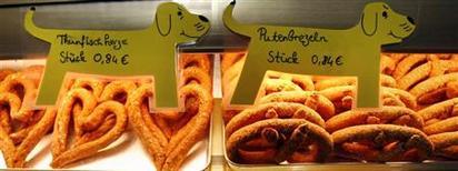 <p>Выпечка на витрине пекарни в Висбадене 8 января 2007 года. Пристрастие президента Германии Кристиана Вульфа к хлебу и выпечке обернулось критикой в его адрес со стороны оппозиции. REUTERS/Alex Grimm</p>