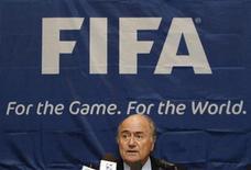 <p>Presidente da Fifa, Joseph Blatter, durante coletiva de imprensa em Cingapura. A adoção de uma tecnologia que informa quando a bola entrou no gol estará na pauta da próxima reunião do International Board, disse ele. 11/08/2010 REUTERS/Vivek Prakash</p>