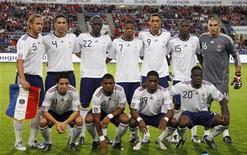 <p>Французская национальная сборная перед началом товарищеского матча против команды Норвегии, Осло 11 августа 2010 года. Обновленная сборная Франции проиграла в товарищеском матче команде Норвегии 1-2, Англия с таким же счетом обыграла Венгрию. REUTERS/Vincent Kessler</p>