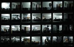 <p>Люди работают в офисе в Женеве 27 ноября 2008 года. Каждый десятый человек подвергается сексуальным домогательствам на работе, свидетельствуют результаты совместного исследования компании Ipsos и Рейтер. REUTERS/Denis Balibouse</p>