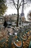 <p>Велосипедная парковка в Париже 20 ноября 2007 года. Еще несколько лет назад ни один здравомыслящий человек не назвал бы Париж раем для велосипедистов. REUTERS/Mal Langsdon</p>