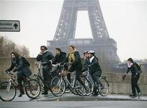 <p>Ciclistas parienses passam pela Torre Eiffel em foto de arquivo de 9 de novembro de 2007. Três anos depois de lançar um programa de aluguel de bicicletas amplamente copiado por outras cidades, Paris está intensificando seus esforços para converter-se em capital aberta aos ciclistas, comparável a paraísos das bicicletas como Amsterdã e Berlim. REUTERS/Mal Langsdon</p>