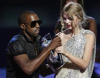 <p>Kanye West tira o microfone da vencedora de melhor videoclipe Taylor Swift nos MTV Video Music Awards em 2009. Kanye West vai apresentar-se na premiação deste em setembro, um ano depois de causar um rebuliço na mídia após insultar a cantora country. REUTERS/Gary Hershorn</p>