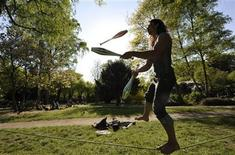 <p>A man juggles as he balances on a rope in a park in Hamburg April 24, 2009. REUTERS/Morris Mac Matzen</p>