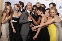"""<p>Imagen de archivo del creador de la serie """"Glee"""" junto a todo su elenco, después de ganar un Globo de Oro en Beverly Hills. Ene 17 2010. Si la primera vez es la vencida, el 2010 podría ser un gran año para un grupo de programas de televisión novatos nominados a los premios Emmy. REUTERS/Lucy Nicholson/ARCHIVO</p>"""
