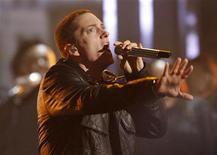 <p>Rapper Eminem se apresenta nos BET Awards em Los Angeles, em junho. Eminem deve retomar o primeiro lugar nas paradas de álbuns pop dos EUA na próxima semana. 27/06/2010 REUTERS/Mario Anzuoni</p>