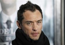 """<p>Jude Law em lançamento do filme """"Sherlock Holmes"""" em Nova York. A ex-esposa do ator, Sadie Frost, revelou detalhes do conturbada casamento em um livro de memórias. 17/012/2009 REUTERS/Finbarr O'Reilly</p>"""