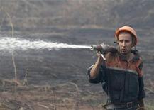 <p>Спасатель тушит пожар рядом с деревней Росинка 1, расположенной в 190 километрах к юго-востоку от Москвы, 13 августа 2010 года. Российские спасатели обещают победить лесные пожары через неделю-полторы и называют хаос в лесном хозяйстве одной из причин постигшей страну экологической катастрофы. REUTERS/Alexander Natruskin</p>
