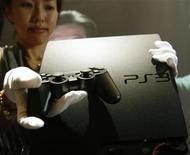 <p>Foto de archivo de una conferencia de prensa de demostración de la consola Playstation 3 en Tokio, ago 19 2009. - La consola de videojuegos Playstation 3, de Sony Corp, tendrá una mayor memoria en su disco duro cuando salga a la venta en el otoño boreal en Norteamérica, lo que permitirá a los consumidores bajar más juegos y entretenimiento, dijo la empresa el martes. REUTERS/Yuriko Nakao</p>