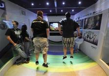 <p>Foto de archivo de un grupo de personas probando el juego Kinect Adventures para la consola Xbox de Microsoft en Los Angeles, jun 16 2010. Kinect, el sistema de juegos de Microsoft que detecta el movimiento, llegará a las tiendas de toda Europa antes de la Navidad, dijo la compañía, que mantiene una batalla con rivales como Sony o Nintendo por conseguir clientes. REUTERS/Phil McCarten</p>
